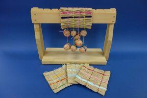 はっけんイベント<br>アイヌ民族のゴザ編み機でコースターをつくろう